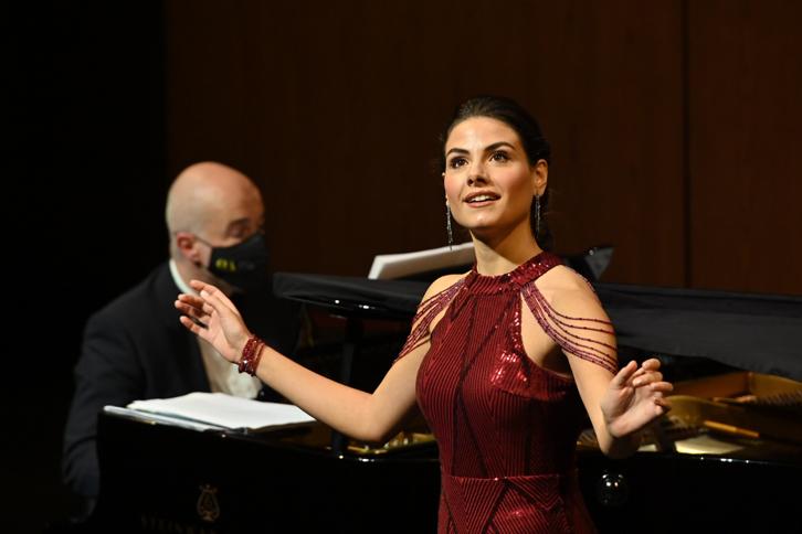 Serena Sáenz ganadora del Concurso Caballé 2021 acompañada al piano por Ricardo Estrada